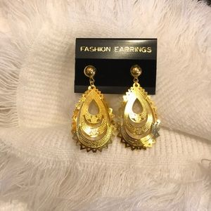 NWB Vintage gold filigree pierced earrings!
